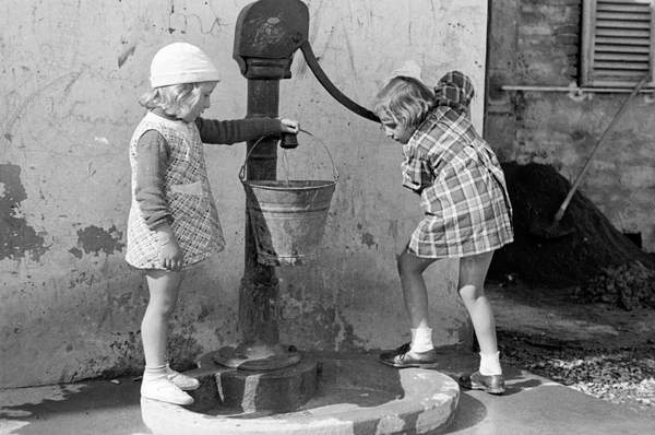 Little girls filling a bucket of water, 9th May 1939 (b/w photo), Vincenzo Balocchi