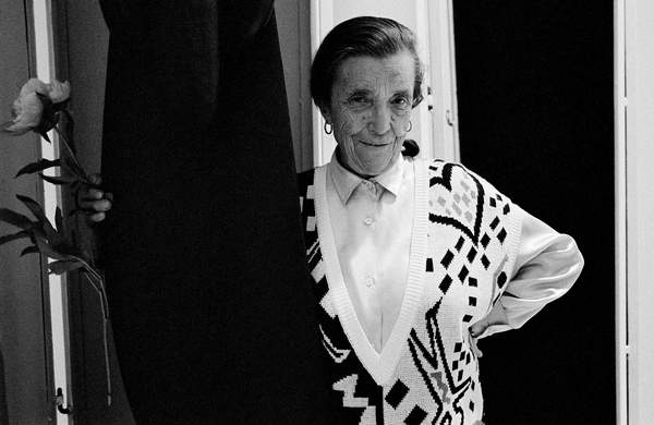 image of Louise Bourgeois at Miller Gallery, New York, USA, 1986 (b/w photo) © Maria Mulas / Bridgeman Images
