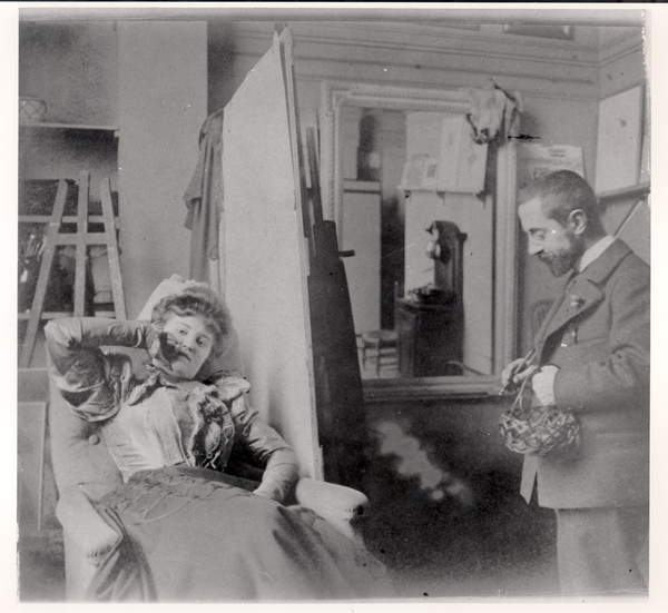 photograph of Henri de Toulouse-Lautrec (1864-1901) in his studio with Misia Natanson (b/w photo), French Photographer, (19th century) / Private Collection / © Archives Charmet / Bridgeman Images