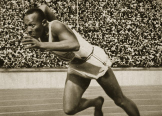 Jesse Owens at the start of the 200m race at the 1936 Berlin Olympics (b/w photo) / Private Collection / The Stapleton Collection
