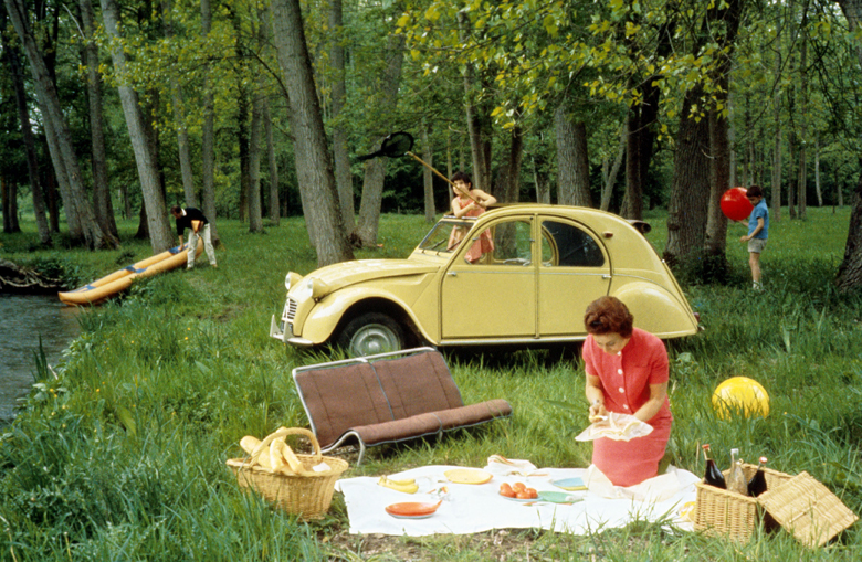 Picnic with a 2 CV convertibla car Citroen, c. 1963 / Photo © Tallandier / Bridgeman Images