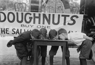 Boys Chow Down on a Table in a Donut Eating Contest 1922 (photo) / Universal History Archive/UIG
