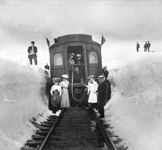 DPL415424 Snow cuts on Rollins Pass, Moffat Road, c. 1904-13 (b/w photo) by Louis Charles McClure/ Denver Public Library