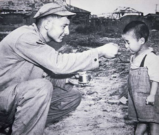 PNP275387 American soldier shares his rations with South Korean child (b.w photo)</br>Peter Newark Military Pictures