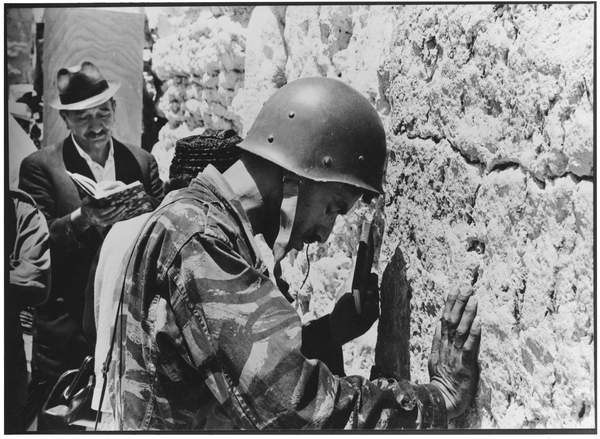 Neil Libbert: a witness to events. Bridgeman Collections Gems Soldier at the Western Wall, June 1967 (b/w photo) / © Neil Libbert / Bridgeman Images
