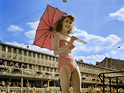 Modèle en maillot de bain par Louis Reard, 12 juin 1949, 'Piscine Molitor', Paris  / Photo © AGIP / Bridgeman Images