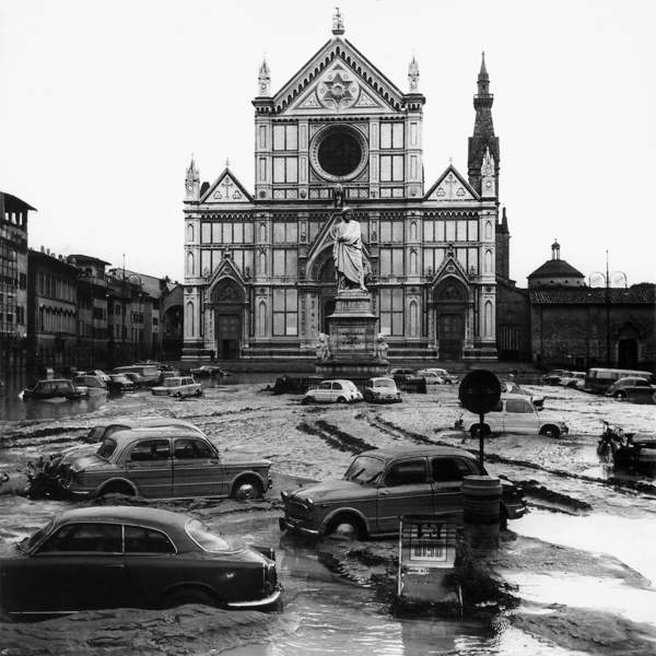 View of Piazza Santa Croce after the flood that swept through Florence in November of 1966 (b/w photo) / Alinari / Bridgeman Images